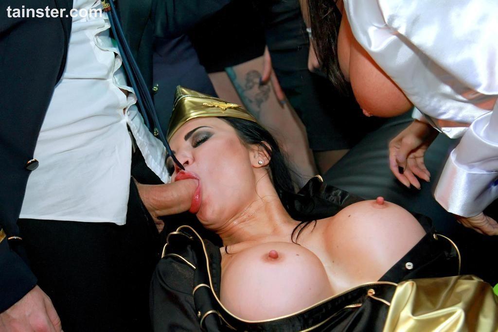 Пьяные стюардессы отдаются на развратной костюмированной вечеринке