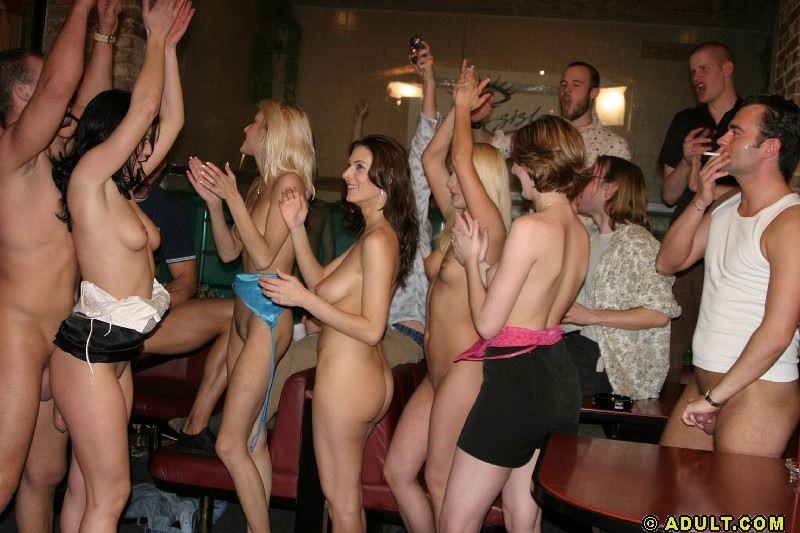 Напившиеся леди остались на грязную групповую оргию