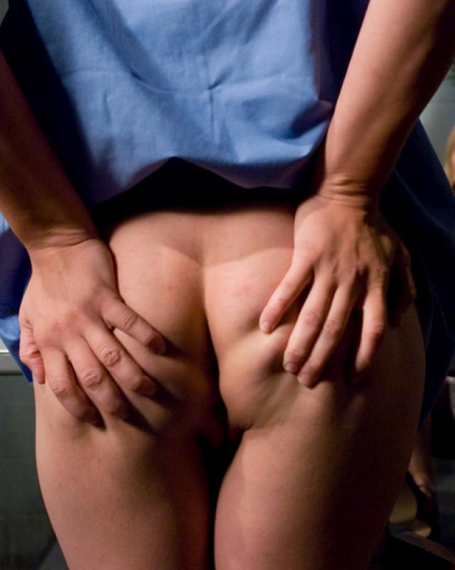 Лесбийская медсестра играется с попкой своей пациентки