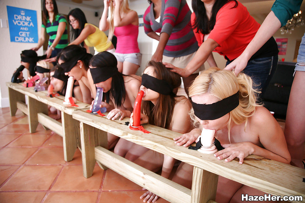 Пьяненькие  девушки учатся сосать член на нежданном тренинге