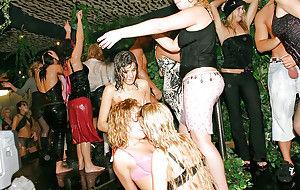 Пьяные телки делают публичный минет на вечеринке в лесу