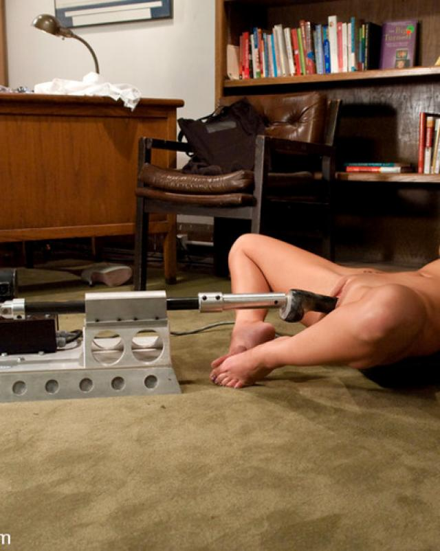 Секс машина помогла блондинке в анальном фистинге с маслом