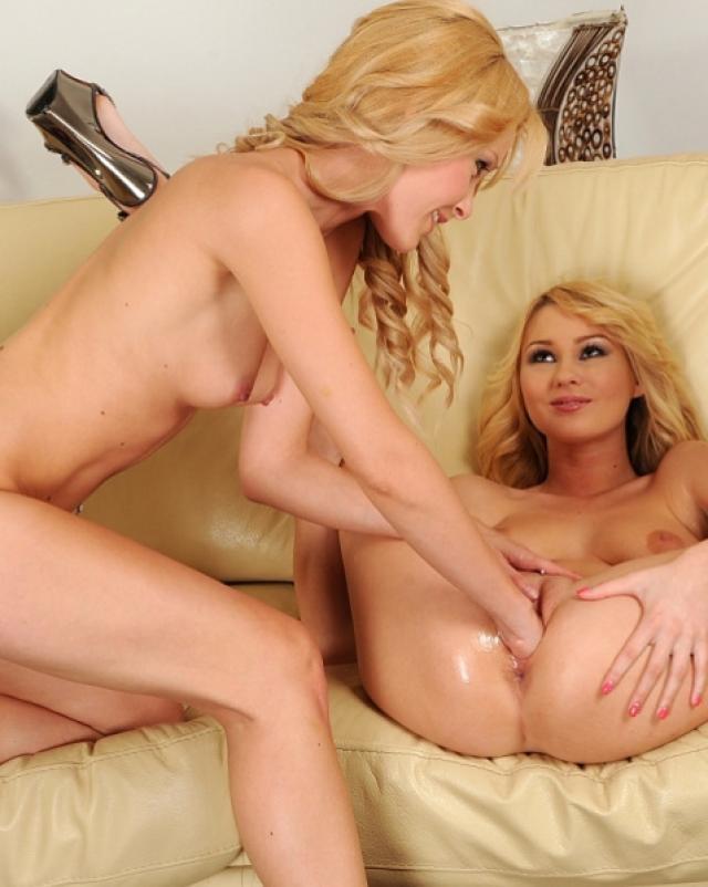 Красивые блондинки учились фистингу во влагалище