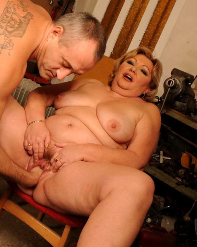 Жирная женщина позволила внуку устроить с ней фистинг