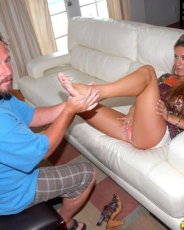 Женщина с большими сиськами и жопой расслабилась с незнакомым мужчиной