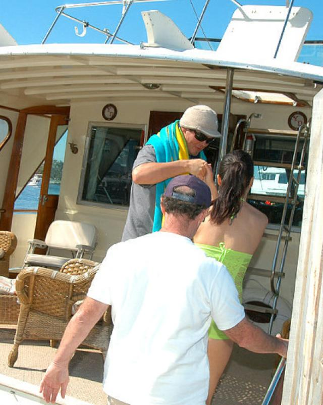 Два мужика прокатили телку на яхте и своих членах
