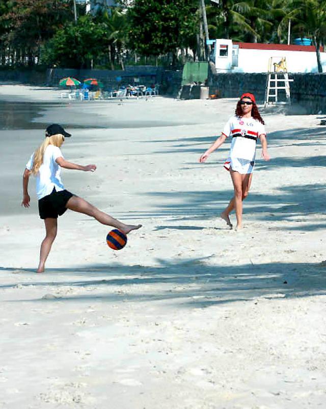 Рыжая красотка с пляжа покоряет мулата