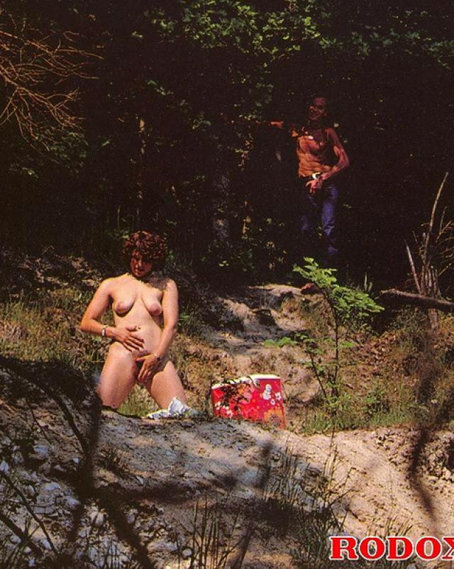 Парень подсмотрел за мастурбирующей на природе женщиной и выебал ее