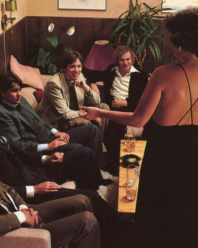 Богатые мужчины сняли классных шлюх для ретро групповушки