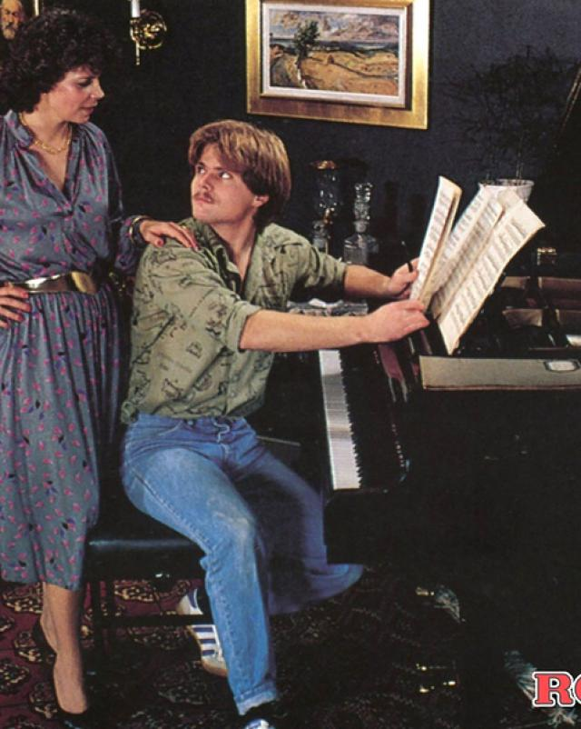 Пианист трахает двух дам в отеле за хорошую игру