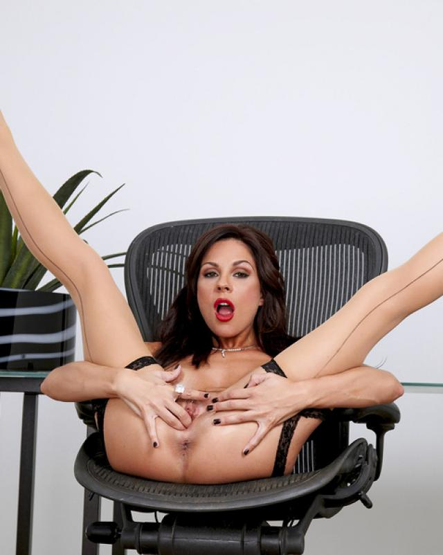Сексуальная училка в чулках раздвигает ноги