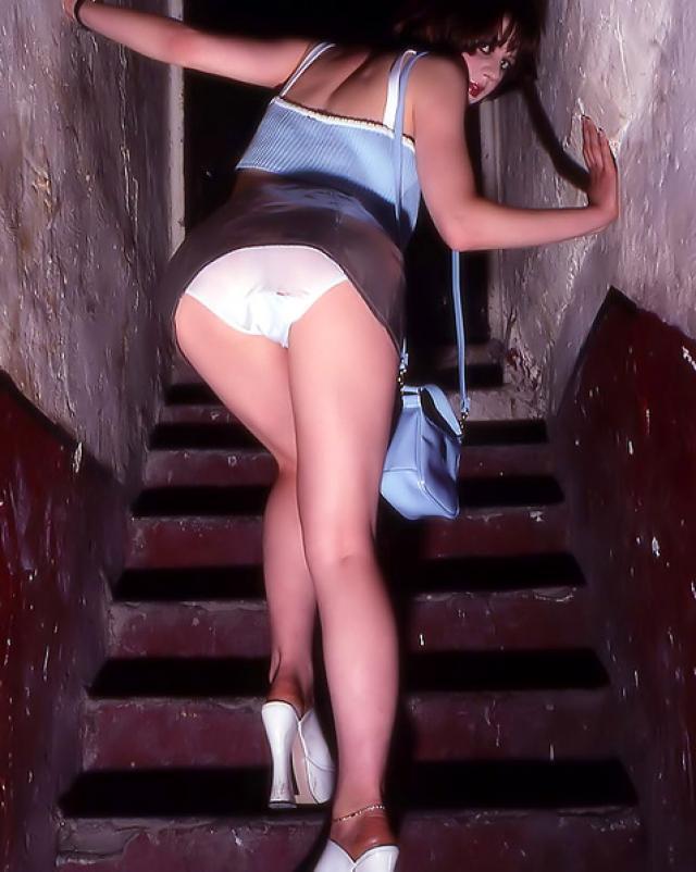 Красивая девушка гуляет по подвалу в ретро порно