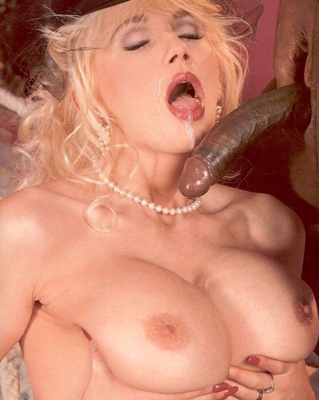 Ретро блондинка с большими сиськами трахается с негром