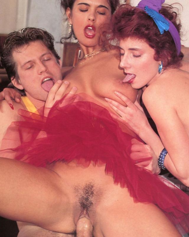 Ретро порно фото с двумя курвами сосущими один большой хуй