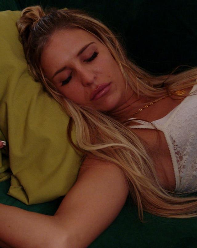Негр трахает спящую красавицу блондинку