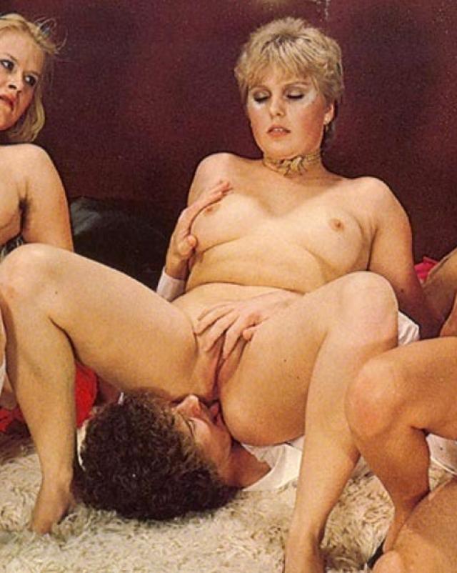 Дамочки в возрасте глотают сперму на ретро оргии