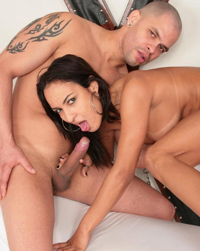 Две бисексуала трахаются на кушетке с восхитительной брюнеткой