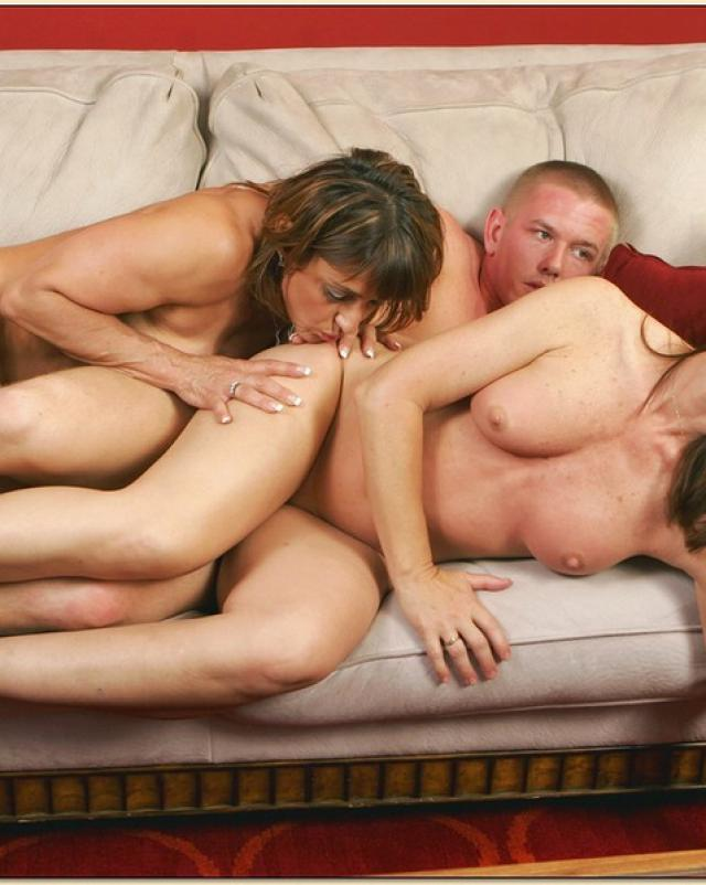 Мужчина в расцвете сил поимел двух зрелых мамочек в сексе втроем