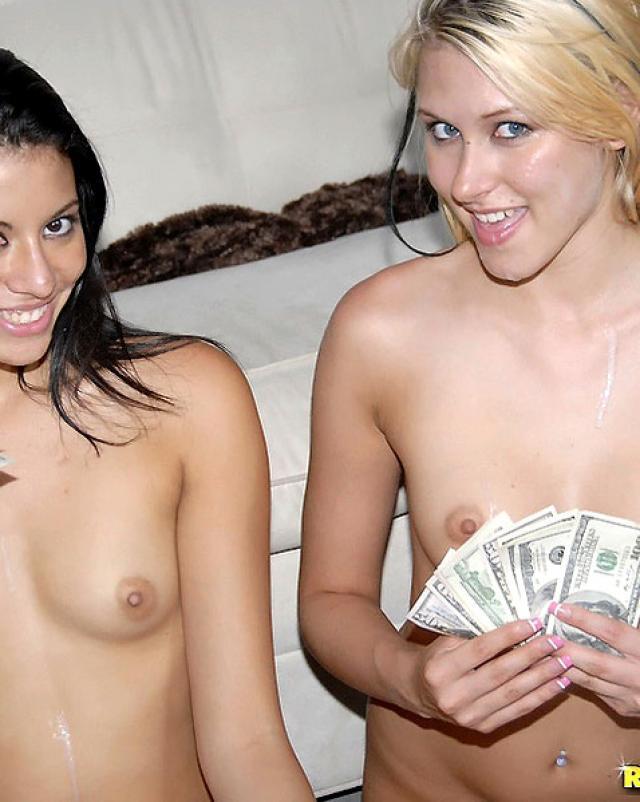 Молодые девушки с большими сиськами устроили бурный секс за деньги