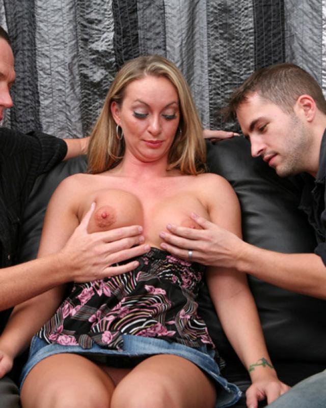 Горячая девушка приходит к друзьям на секс втроем