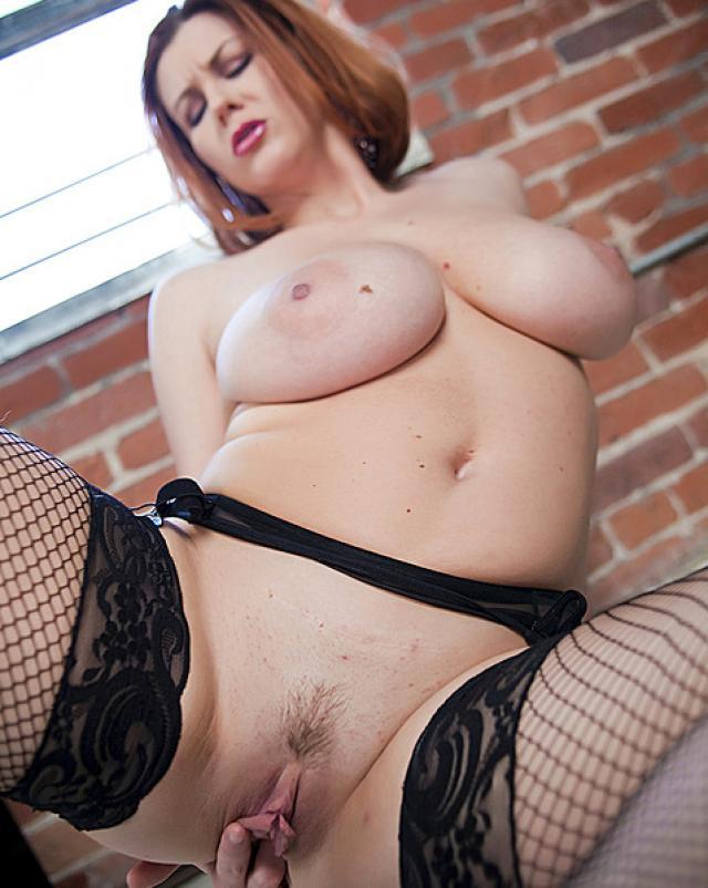 Женщина в колготках мастурбирует свою пизду