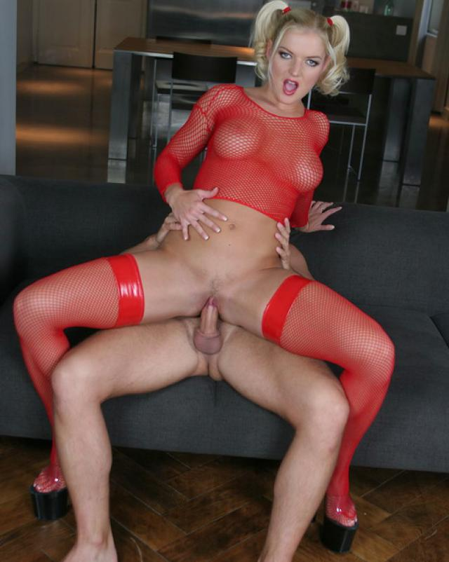 Путана в красных колготках славно трахается в жопу с клиентом