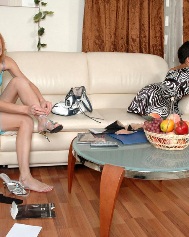 Русские женщины в колготках возбудились на секс в гостиной