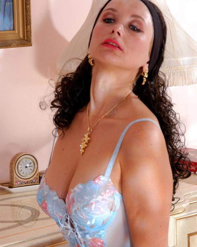 Зрелая красавица в колготках показывает остальное белье на фото