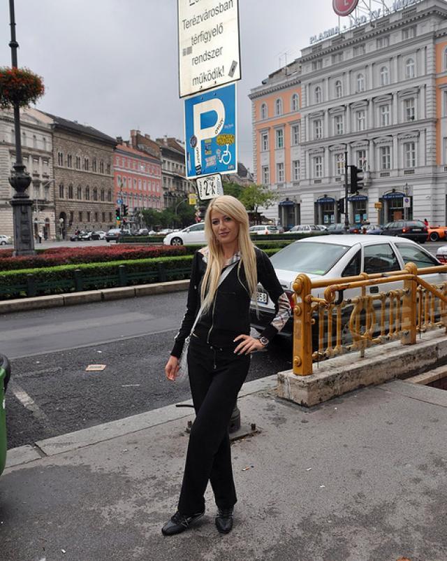 Блондинка раздвигает ножки в секси колготках