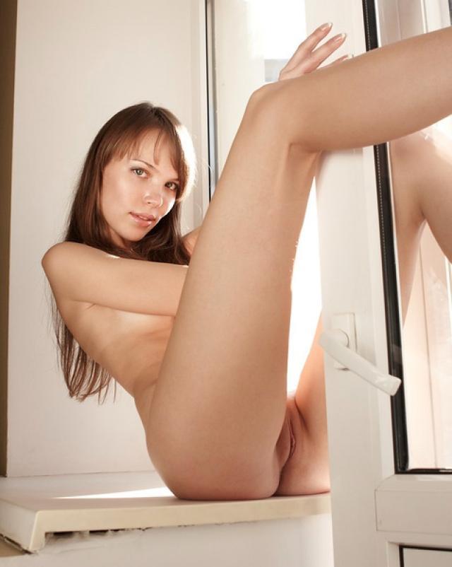 Русская девушка стянула колготки на подоконнике