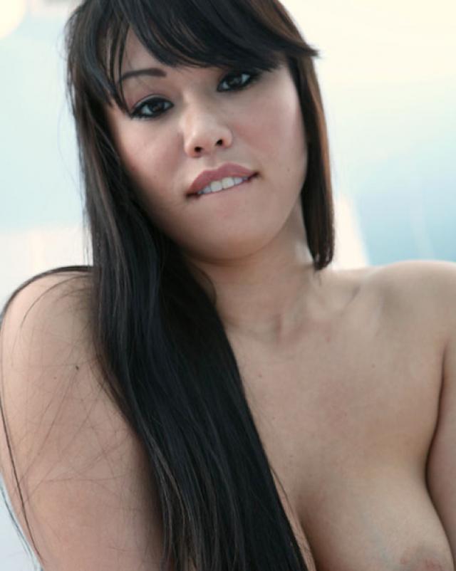 Азиатка в темных колготках предпочитает грубый секс