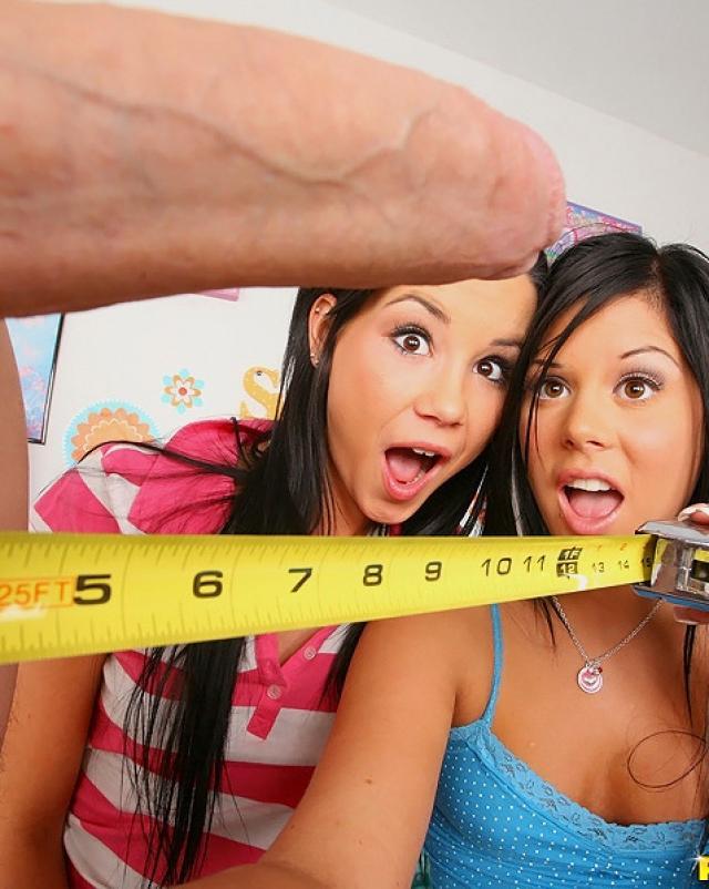 Две озабоченные девушки дают в анал на кровати