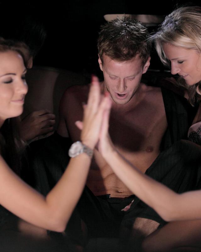 Богатый парень подцепил гламурных девушек на секс втроем