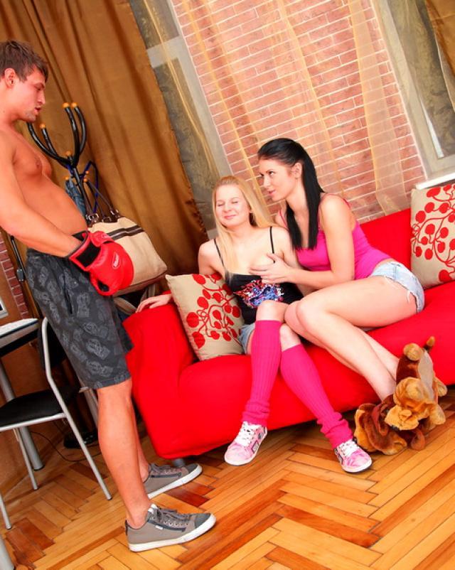 Русские шлюшки отсасывают член спортивного парня от возбуждения