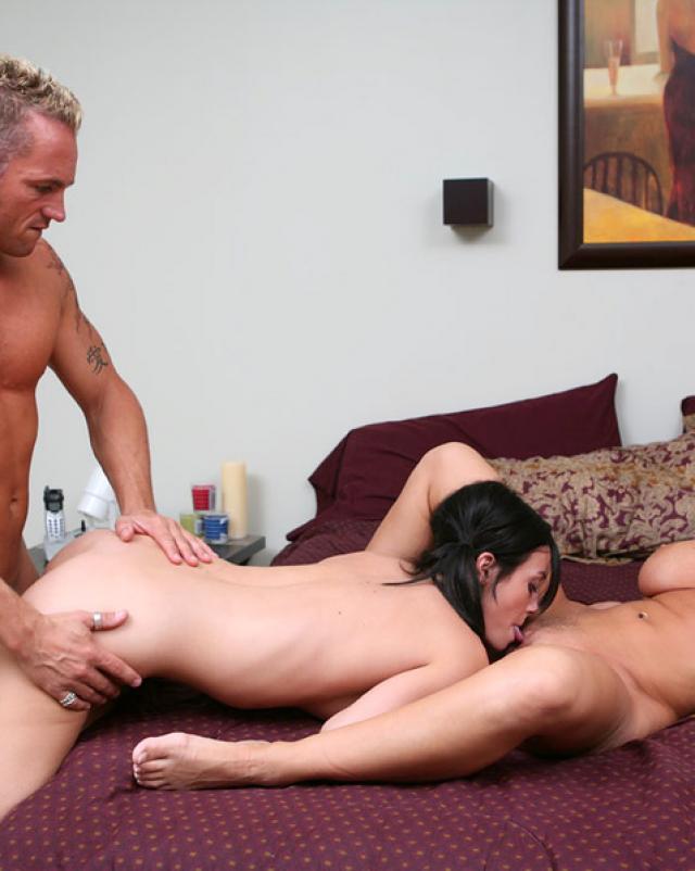 Зрелая женщина трахается в сексе втроем с молодыми