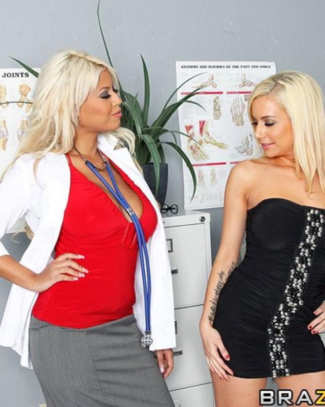 Медсестры с пышными сиськами трахаются в анал втроем