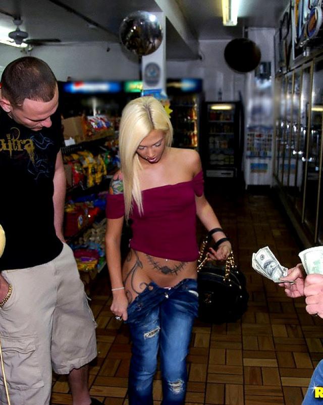 Блондинка сосет за деньги