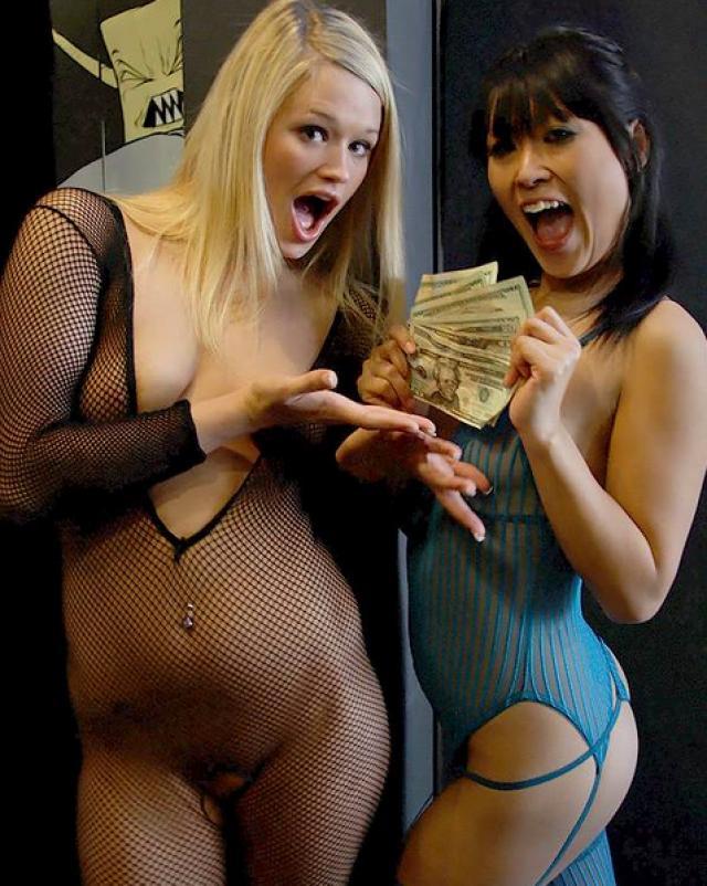 Девушка получает за секс деньги