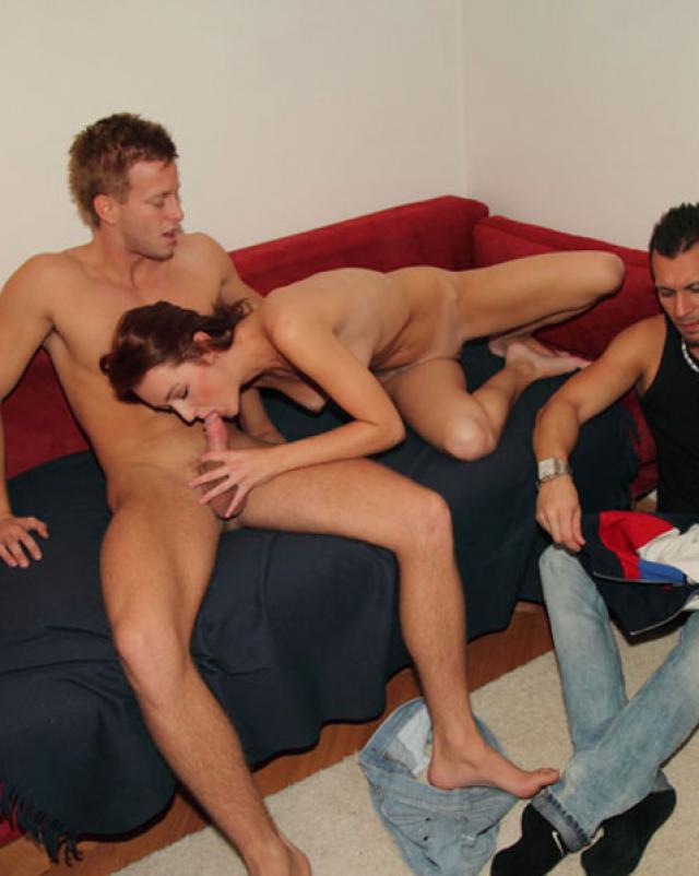 Роскошные парни шалят с молодой девушкой с большими дойками