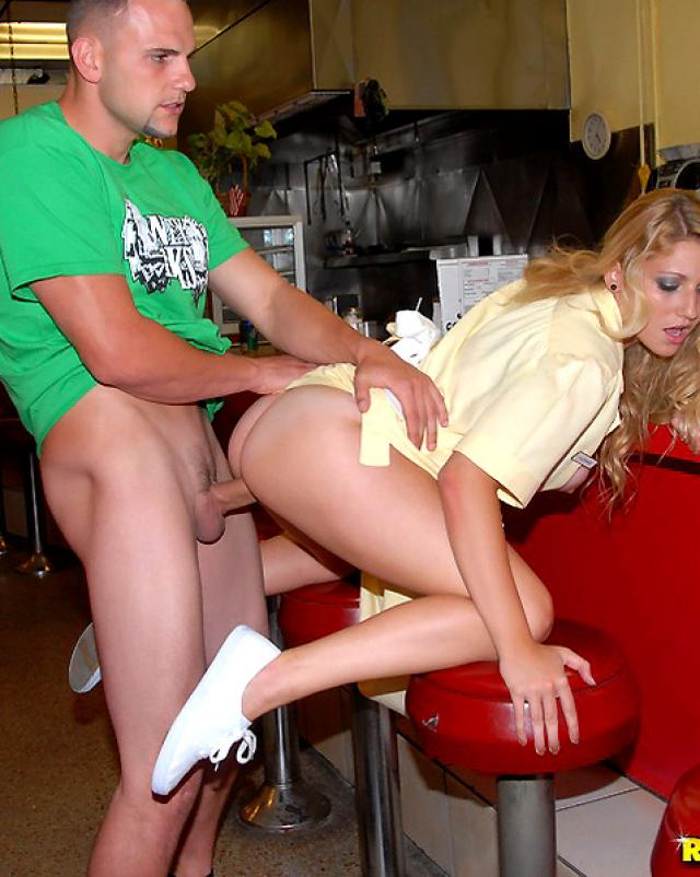 Девушки устроились удобно во время бурной ебли в кафе