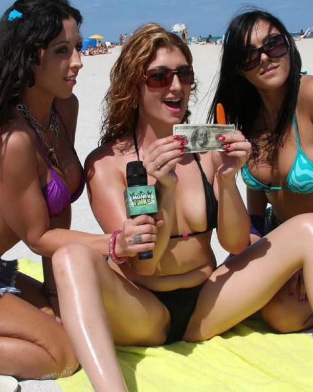 Жаркая девушка блондинка с большими сиськами хвастается своим телом за деньги