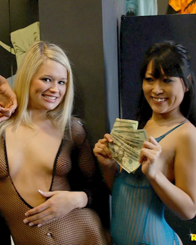 Молодые девушки показывают себя в сексе на камеру да еще и за деньги