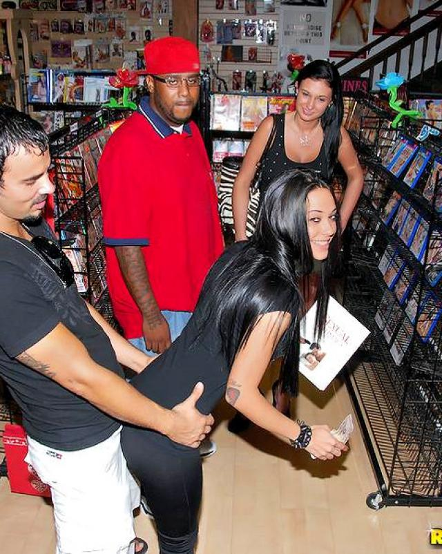 Секс за деньги с шикарными девушками в магазине
