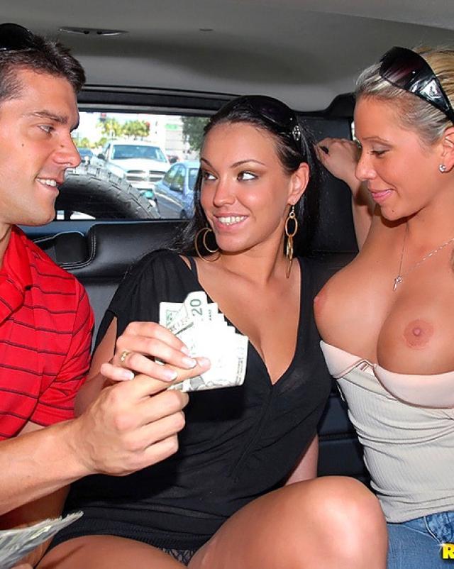 Жаркая девушка брюнетка не отказалась от ебли за деньги