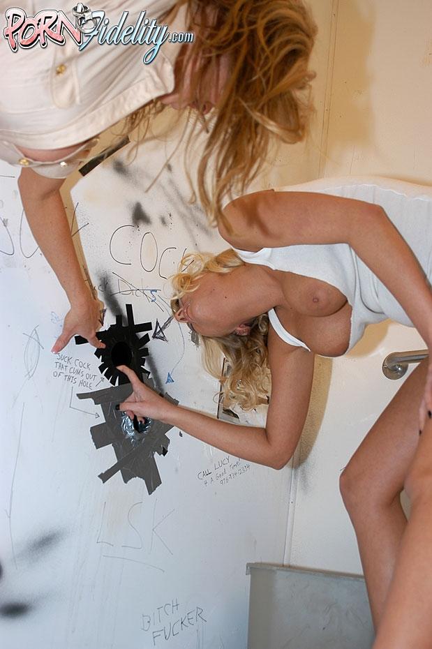 Блондинка делает минет за деньги в туалете