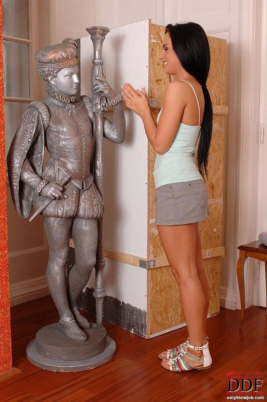 Темненькая потаскушка отсасывает белый фаллос сквозь дырку в стене