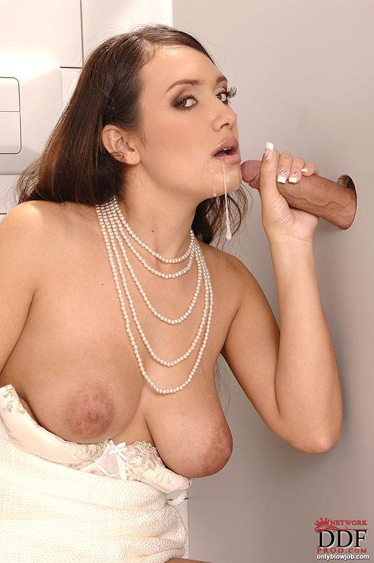 Элитная проститутка отсасывает член в туалете