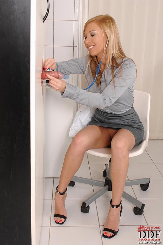 Медсестра делает минет за деньги через щель