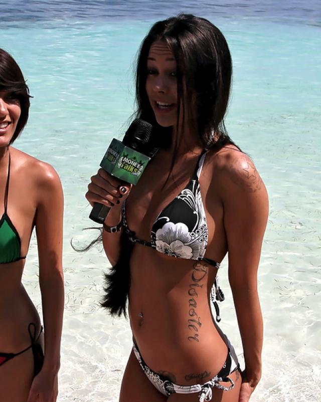 Красивая чикса потрахалась на пляжной местности за неплохие наличные