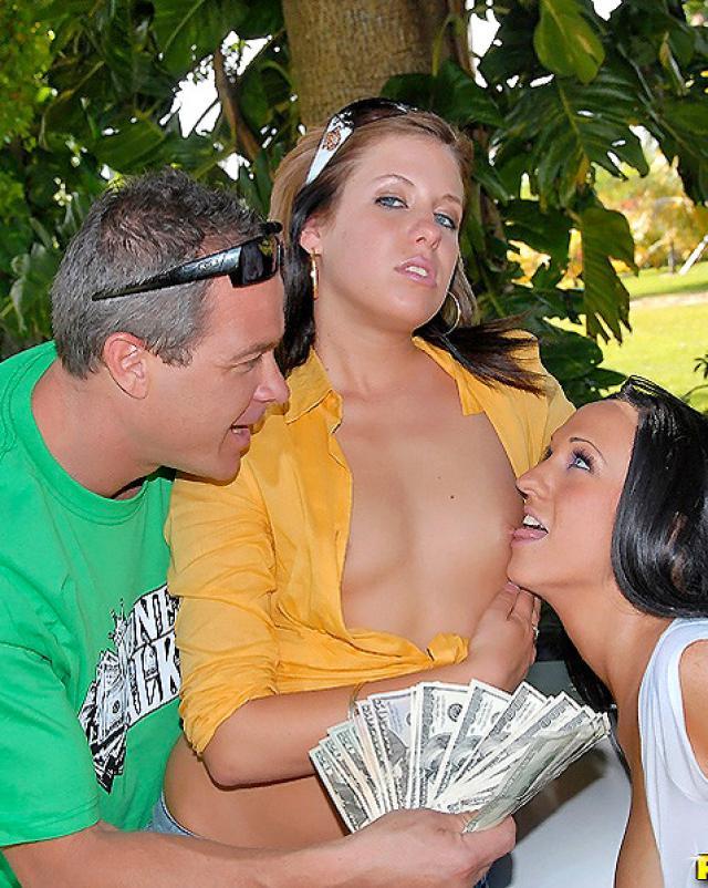 Парень трахнул двух продажных девушек на свежем воздухе